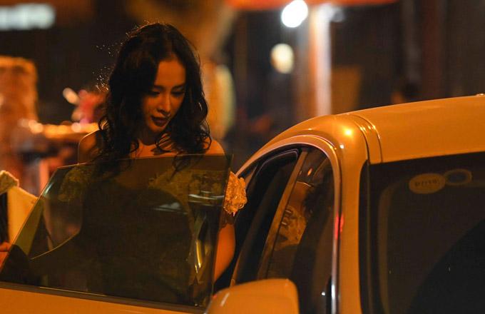 Sau khi rời sự kiện, cô lên taxi trở về khách sạn và sửa soạn hành lý bay về Sài Gòn.
