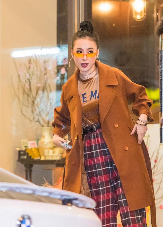 Là người chú trọng về ngoại hình nên dù chỉ đi ăn tối, Angela Phương Trinh cũng lựa chọn bộ cánh thời thượng, đeo kính hiệu sành điệu.