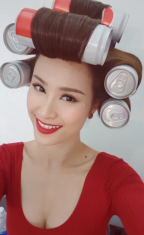 Đông Nhi khiến fan thích thú với máy làm tóc độc đáo mô phỏng những chai nước ngọt.