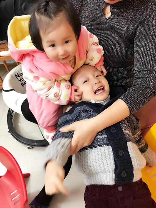 Khoảnh khắc đáng yêu của hai bé nhà Tuấn Hưng được bà xã miêu tả: 2 anh em nhà Son Hào yêu nhau nhiều lắm. Em Son chỉ thích thơm má anh Su hào thui ý.