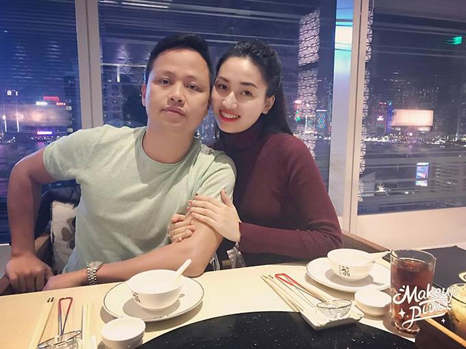 Á hậu Ngô Trà My cùng chồng check in ở nhà hàng nổi tiếng Hong Kong. Cô cho biết đã phải đợi tới 21h mới tới lượt.