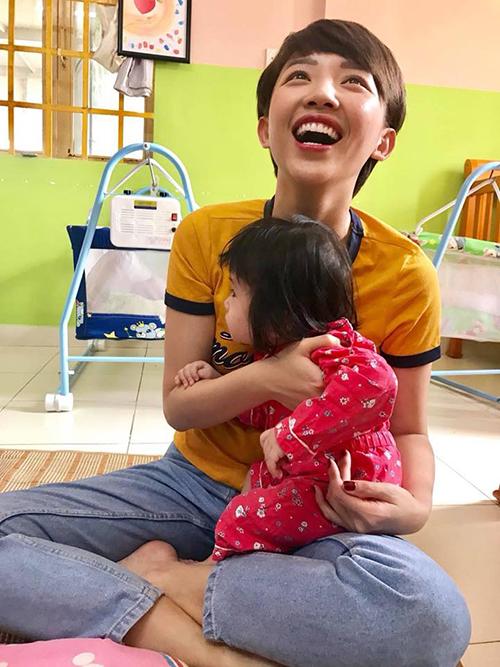 Tóc Tiên giản dị tới thăm và chơi cùng các bé ở trại mồ côi, đồng thời cô cũng kêu gọi mọi người đóng góp đồ dùng, quần áo cũ cho các bé có hoàn cảnh khó khăn.