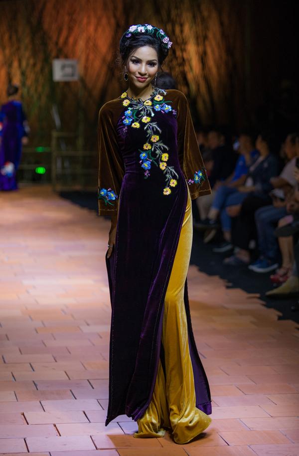 Khả Trang điệu đà làm duyên với áo dài nhung.
