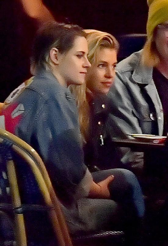Kristen Stewart và người mẫu Stella Maxwell đi ăn tối cùng bạn bè tại một nhà hàng Pháp ở Los Angeles hôm 31/1.