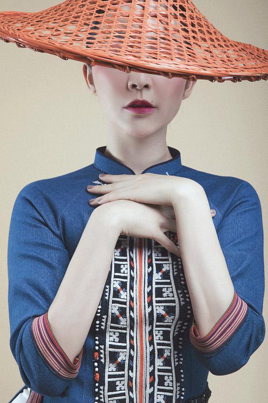 Linh Nga không chỉ khiến ê kíp hài lòng về thần thái gương mặt, mà cô còn sử dụng cả ngôn ngữ cơ thể để thể hiện bộ sưu tập.