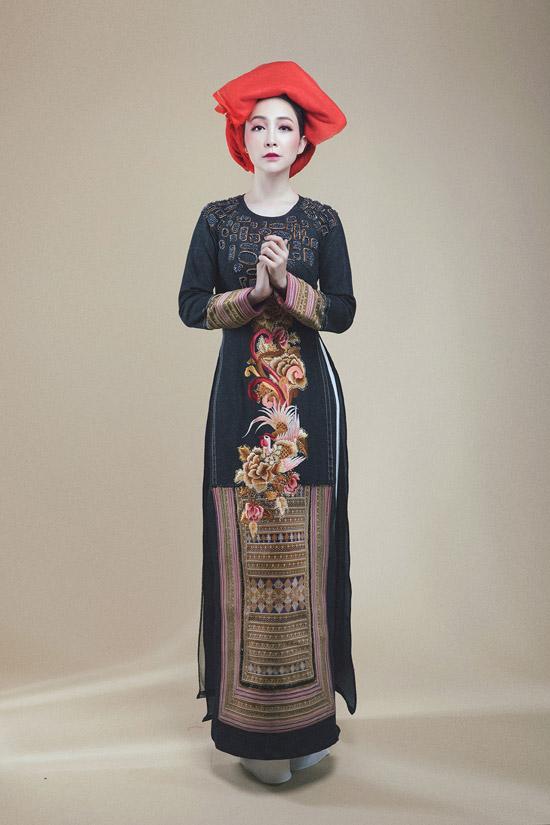 Linh Nga diện áo dài denim pha thổ cẩm của người Dao đỏ