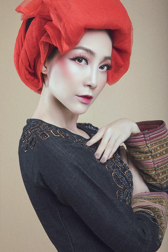 Linh Nga diện áo dài denim pha thổ cẩm của người Dao đỏ - 2