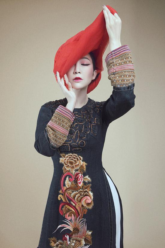 Với vóc dáng mảnh mai và thần thái quyến rũ, Linh Nga luôn được nhiều nhà thiết kế yêu thích và mời chụp hình thời trang. Trong bộ sưu tập áo dài Tết 2018, nhà thiết kế Vũ Việt Hà cũng tin tưởng giao cho nữ diễn viên múa làm mẫu.