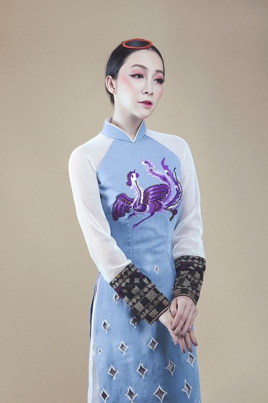 Linh Nga diện áo dài denim pha thổ cẩm của người Dao đỏ - 6