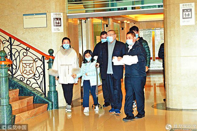 Ông Lưu Loan Hùng cùng vợ con vào viện thăm đứa con thứ 5 của ông.