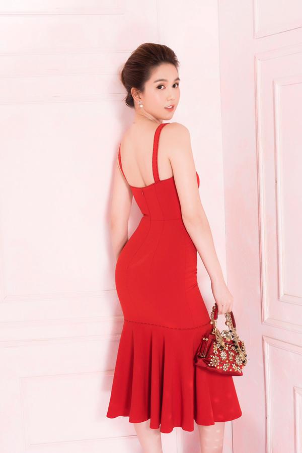 Người đẹp rất kết các kiểu váy dây ôm khít cơ thể, tôn lênba vòng gợi cảm.