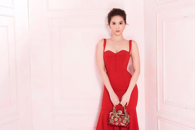 Ngọc Trinh tự làm mẫu thể hiện bộ sưu tập cho mùa Tết đang bán tạishop của cô.