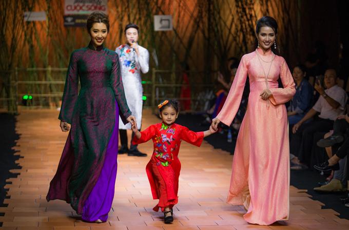 Người đẹp Thúy Ngân (trái) và Phan Thị Mơ diễn cùng một mẫu nhí.