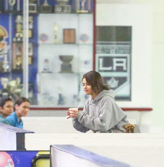 Sau khi rời nhà thờ, Selena theo bạn trai đến sân tập hockey.