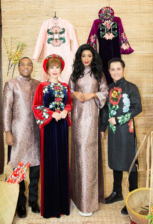 Vợ chồng Đại sứ Cộng hòa Haiti tại Việt Nam mặc áo dài tới cổ vũ cho Thu Hoài. Nhà thiết kế Nhật Dũng (ngoài cùng bên phải) là tác giả sưu tập Tết ba miền yêu thương được giới thiệu trong chương trình.