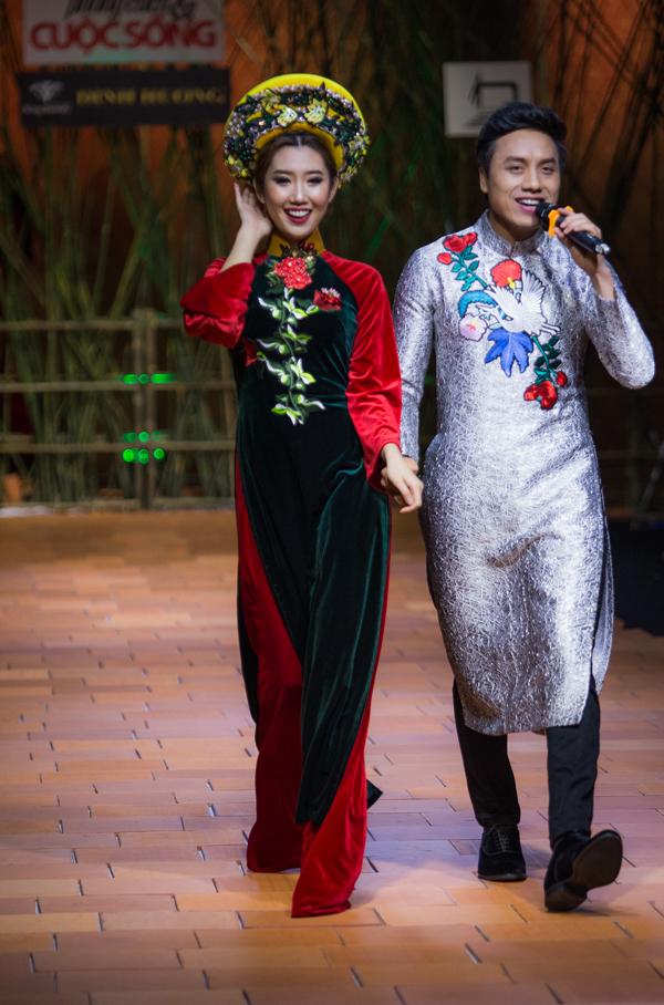 Ca sĩ Dương Quốc Hưng cũng mặc áo dài, vừa hát vừa diễn cùng các người mẫu.