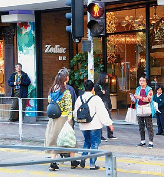 Sao Hong Kong đưa cả ba cô bồ đi mua sắm giữa tin đồn bà cả ghen với bà ba - 2