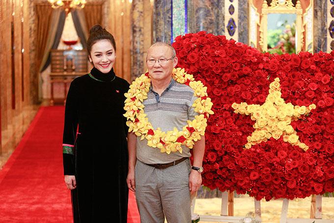 dụng công chuẩn bị lá cờ đỏ sao vàng được làm từ hơn 1500 cánh hồng nhung