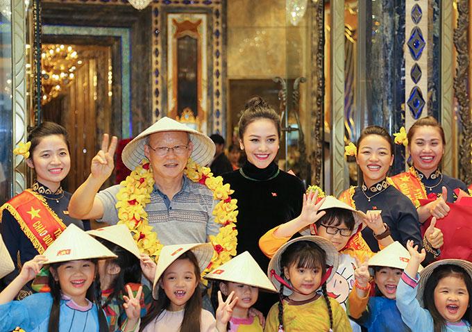 HLV Park Hang Seo thân thiện vàvui vẻ khi chụp ảnh cùng Huệ Vân, nhân viên của khách sạn và các em nhỏ.