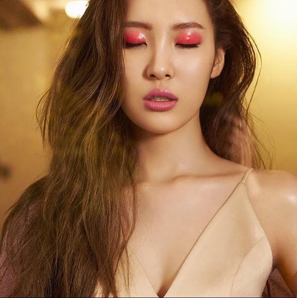 Trên bức ảnh bìa album Gashina, Sunmu gây ấn tượng với đôi mắt đỏ rực quyến rũ.