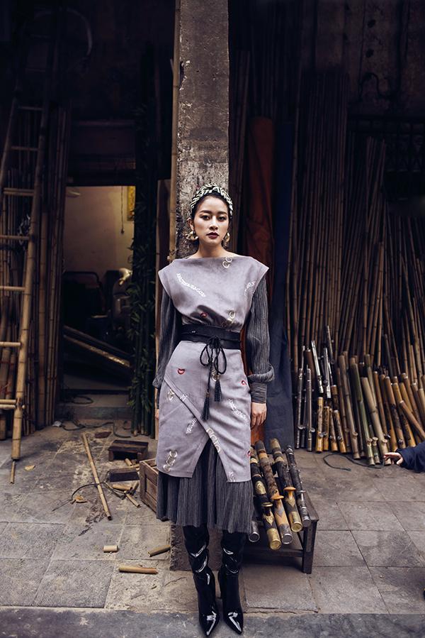 Các phụ kiện khăn turban, thắt lưng omber được Phí Linh sử dụng để tạo điểm nhấn nhá nhẹ nhàng cho từng set đồ.