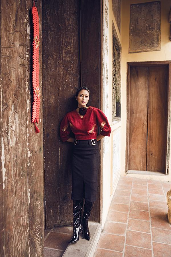 Bộ ảnh được thực hiện với sự hỗ trợ của nhiếp ảnh Lê Tuấn Anh, stylist Hà Lyna, trang phục Huyền Phạm, trang điểm Cao Quý Dương.
