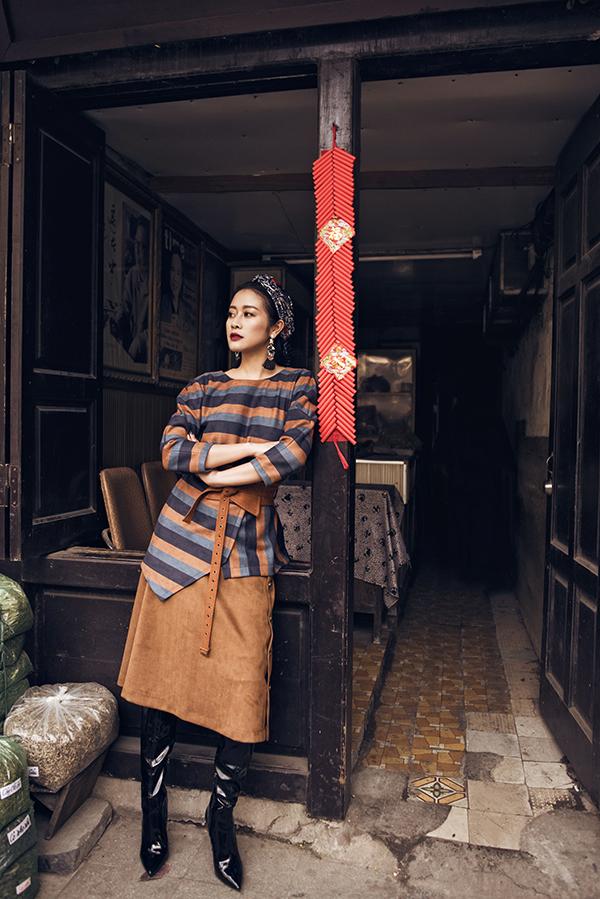 Trái ngược với hình ảnh trong tà áo dài truyền thống rất được chính Phí Linh yêu thích,lần này nữ MC các mẫu trang phục có phần gai góc cá tính mà vẫn mang tinh thần Tết.