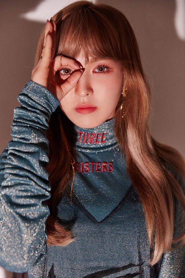 Wendy (Red Velvet) sử dụng màu mắt đỏ theo cách hiền dịu hơn là kết hợp với tone đỏ nâu và màu son cam dịu dàng.