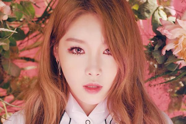 Nữ ca sĩ Chung Ha sử dụng viền mắt màu đỏ rực quyến rũ nhưng vẫn biết cách tiết chế bằng màu son hồng nhạt phủ nhũ bóng.