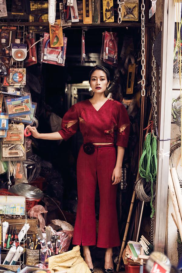 Set đồ đỏ da lộn bao gồm croptop tay phồng và quần có dáng culott với điểm nhấn là thắt lưng mảnh mặt hoa bản to bên lưng và khăn turban cùng tone thật sự nổi bật.