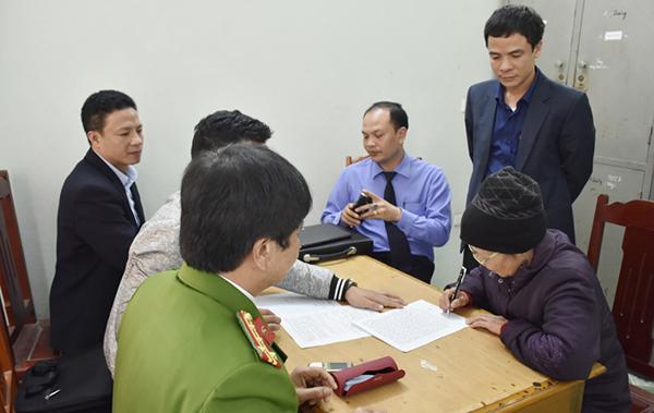 Nghi can Phạm Thị Xuân làm việc với nhà chức trách.