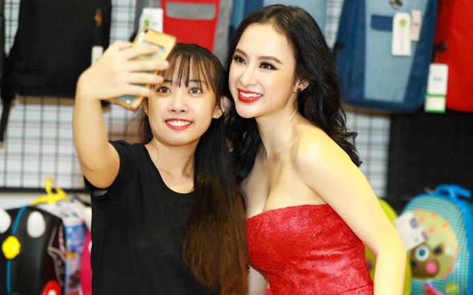 Nhận ra Angela Phương Trinh, một số khán giả tranh thủ xin chụp ảnh kỷ niệm với cô.