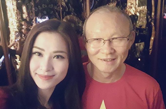 Đông Nhi tham dự hát tại sự kiện chào đón đội tuyển U23 đến TP HCM. Cô viết: Đã gặp được người đàn ông quyền lực, tài năng và đáng nể phục Park Hang Seo.