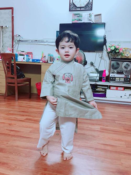 Kubi vừa được bố mẹ sắm cho áo dài mới để chơi Tết.