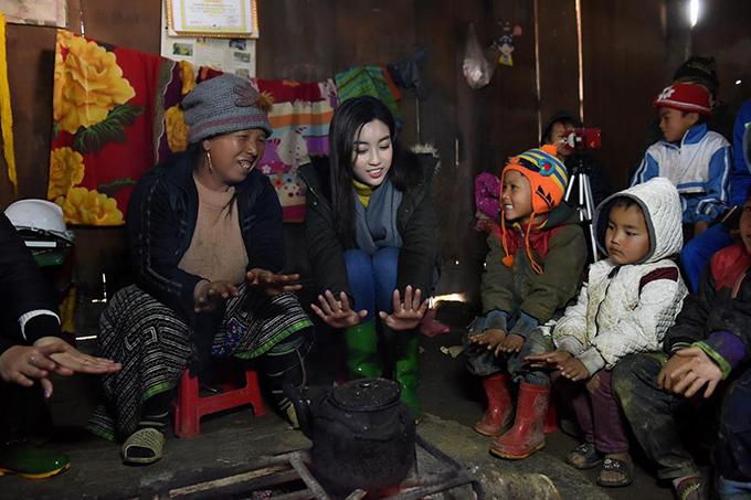Hoa hậu Mỹ Linh vẫn đang tiếp tục chuyến hành trình thiện nguyện ở Cu Vai (Yên Bái).
