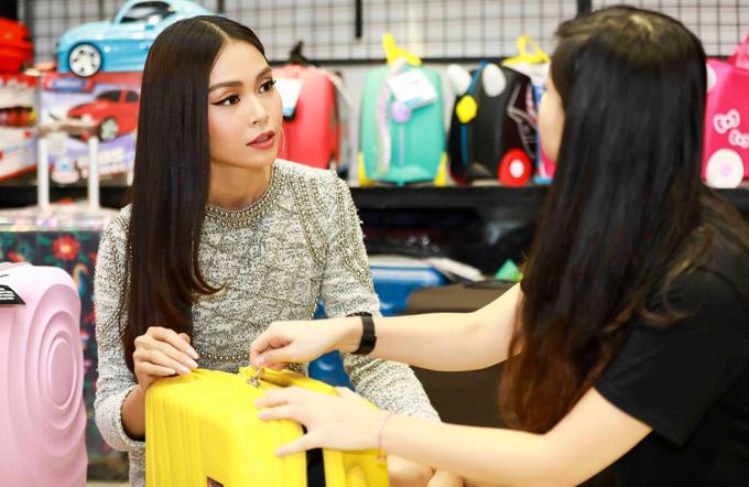 Cô mặc váy dài tay kín mít, hỏi han cặn kẽ về giá cả, cách sử dụng của những chiếc vali.