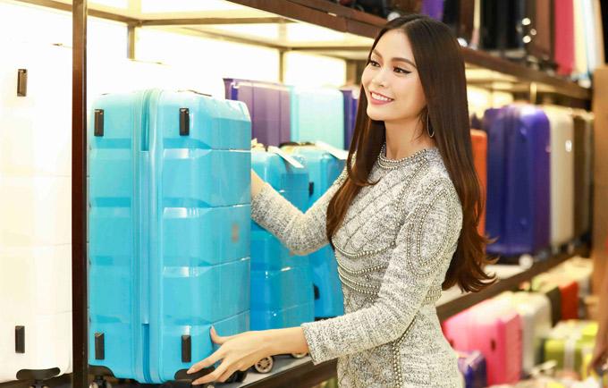 Mâu Thủy rất thích những mẫu vali màu sắc nổi bật và tiện dụng.