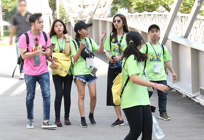Trước hành trình, Quang Vinh đã hướng dẫn các trại sinh sử dụng bản đồ và các phương tiện giao thông công cộng như tàu điện ngầm, xe bus,rèn thể lực để đi bộ dài ngày. Chúng tôi đã đi bộ gần 10 tiếng mỗi ngày, chạy bộ quanh sân vận động quốc gia Singapore, cùng nhau học vũ đạo..., anh kể.