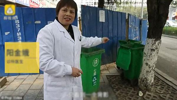 Bác sĩ Yang chỉ nơi người mẹ vứt lại con gái.