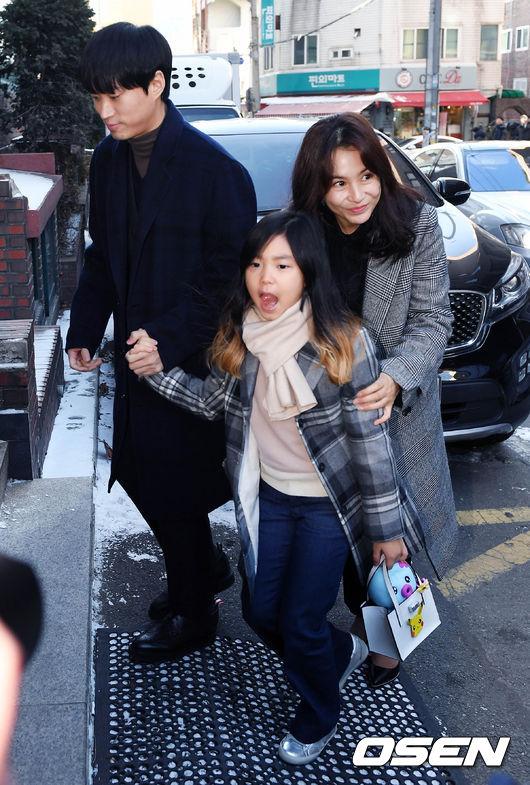 Vợ chồng Tablo và con gái.