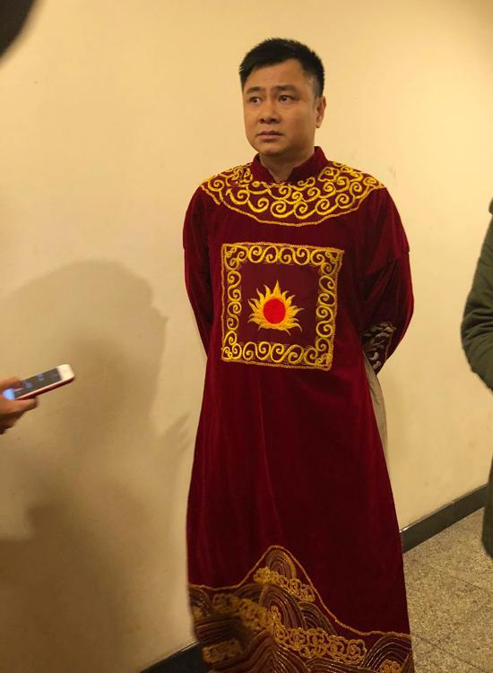 Tự Long bận rộn trả lời phỏng vấn về chương trình kỷ niệm 15 năm của Táo Quân.