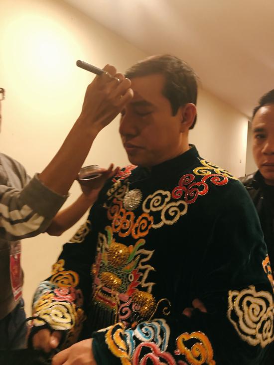 Quang Thắng được các nhân viên trang điểm gương mặt trước giờ lên sân khấu.