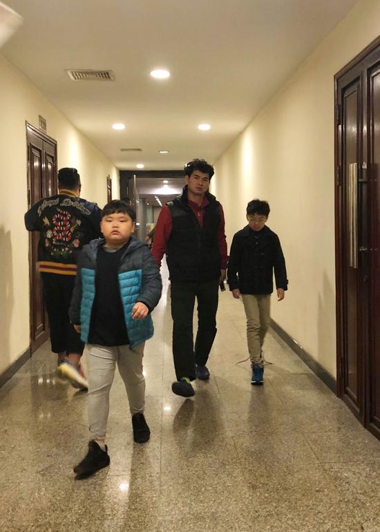 Xuân Bắc đưa cả hai con trai đến xem bố diễn Táo Quân. Hai nhóc tỳ đều rất yêu thích vai Nam Tào của bố.