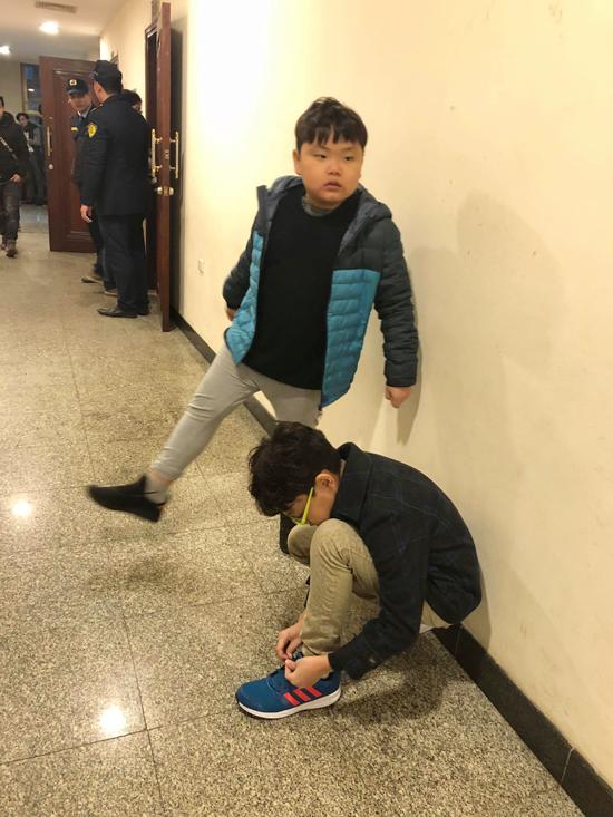 Trong lúc Xuân Bắc bận rộn thay trang phục, hai con trai anh lại vui đùa ở ngoài hành lang.