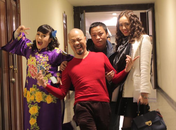 Nhà thiết kế Đức Hùng (áo đỏ) cùng Vân Dung, bạn gái Công Lý chụp hình kỷ niệm. Đức Hùng là người chăm lo trang phục cho nhiều nghệ sĩ của Táo Quân suốt nhiều năm qua.