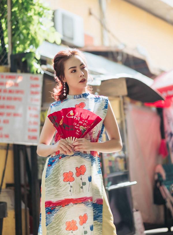 Cô diện áo dài cách điệu, dạo chơi, chụp ảnh ở những địa danh nổi tiếng của Sài Gòn như: Nhà thờ Đức Bà, bưu điện thành phố, chợ Bến Thành...