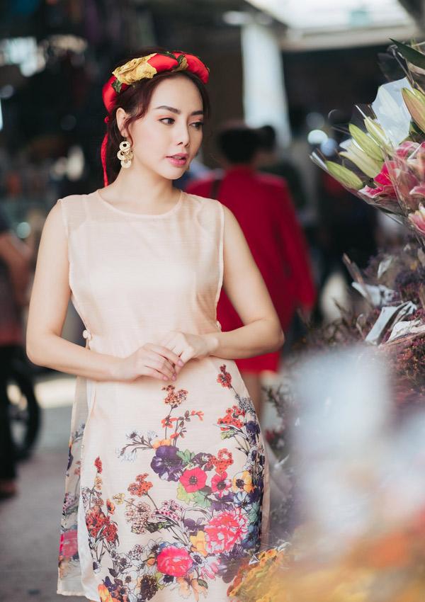 Áo dài họa tiết hoa lá, may bằng chất liệu mềm, mỏng phù hợp thời tiết Sài Gòn những ngày đầu xuân.