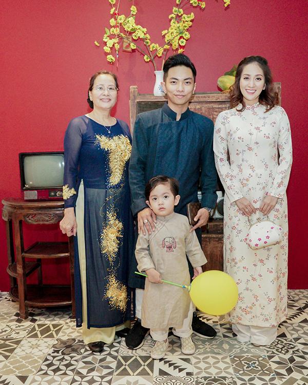 Khánh Thi đang bầu bí, được Phan Hiển và con trai hộ tống đi tiệc