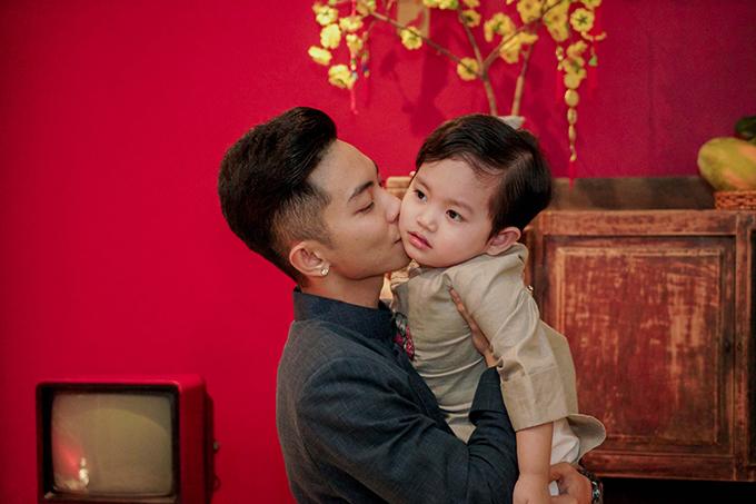 Khánh Thi đang bầu bí, được Phan Hiển và con trai hộ tống đi tiệc - 1