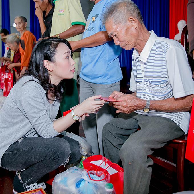 Nữ ca sĩ thể hiện thái độ trân trọng, lễ phép với những người cao tuổi.